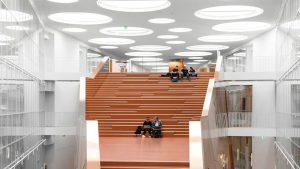 rockfon mono acoustic aangebracht in een schoolgebouw